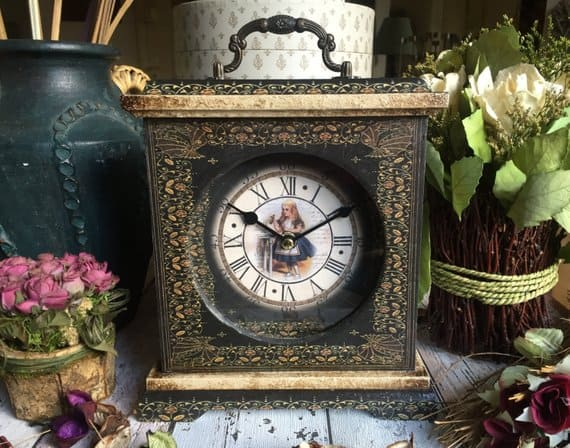 Alice In Wonderland Decorations: A clock