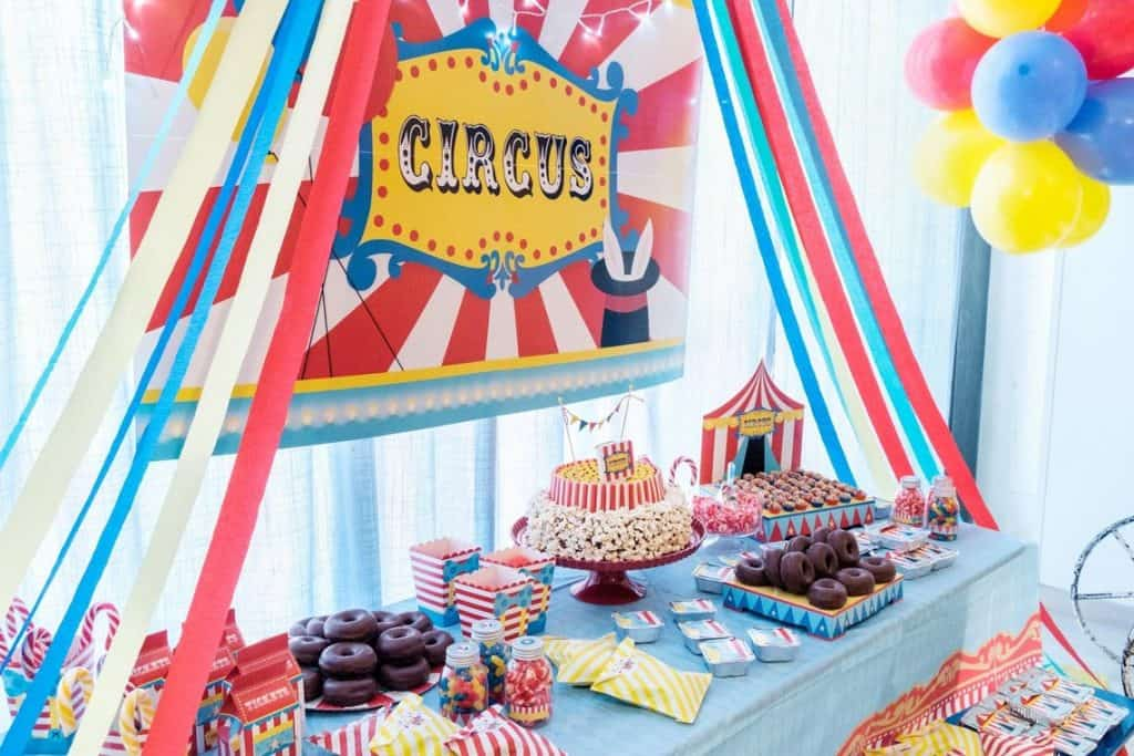 Circus Baby Shower Ideas. (mamaandmiaevents).